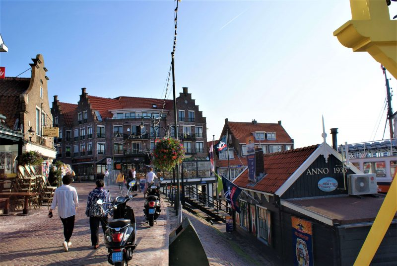 There is a nice atmosphere on the dike in Volendam