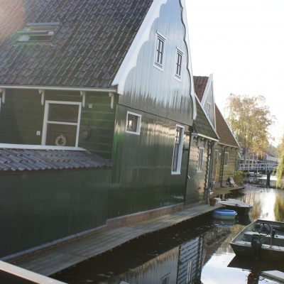 Zaanse houses located directly on the Nieuwe vaart in the neighborhood the 'Domineestuin'