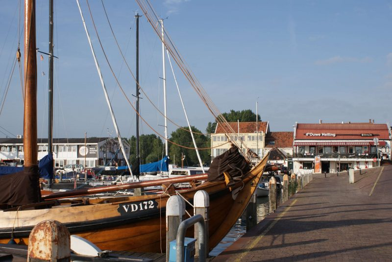 In the port of Volendam is the VD172, a wooden sailing ship from Volendam