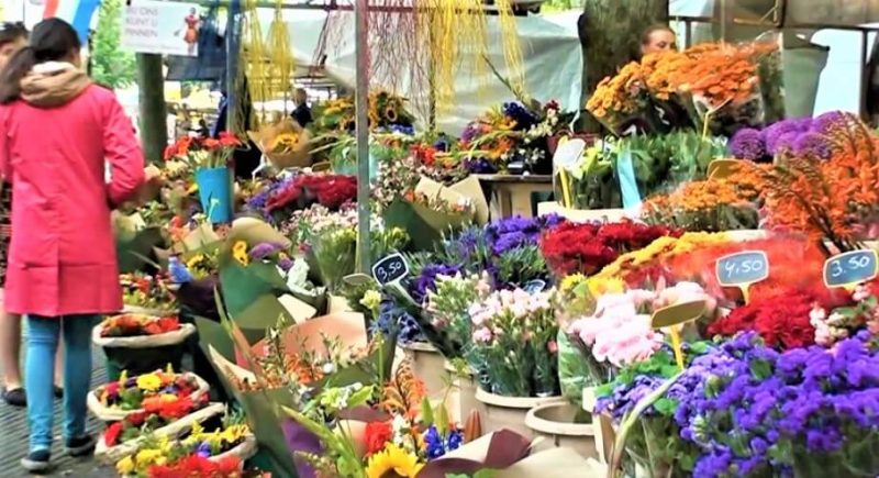 During the weekly market, space has been created for a flower market. To visit weekly on Saturdays during the summer