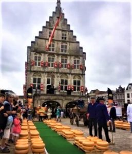 In the summer, the gouda cheese market takes place on the market square every week. Cheeses are displayed and traded